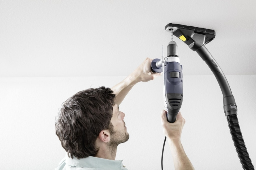 Vacuum cleaner as a helping hand with a magnet
